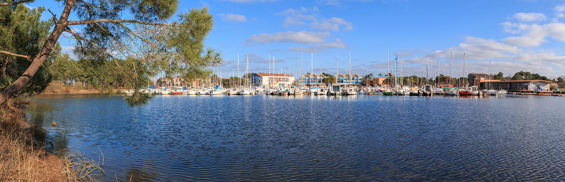 Panorama de Hourtin Port vu depuis les berges du lac d'Hourtin lieu idéal pour vos vacances en Gironde