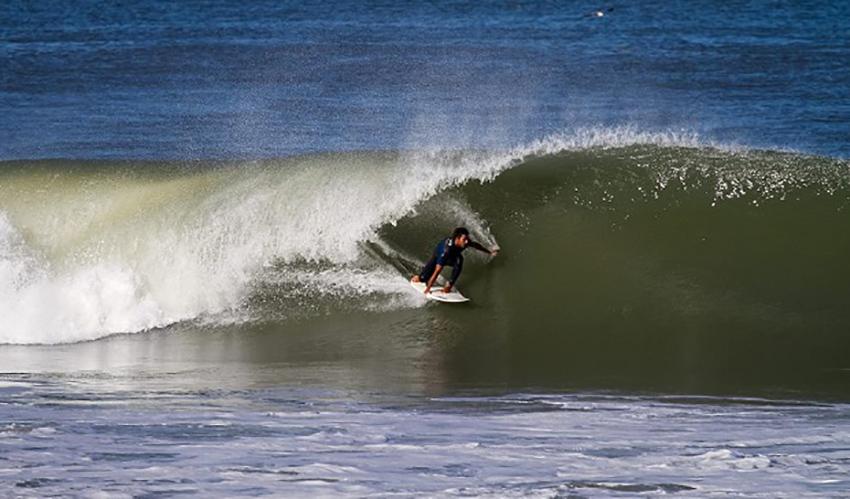 Surfeur sur la vague à Hourtin Plage tres bon spot de surf de Gironde