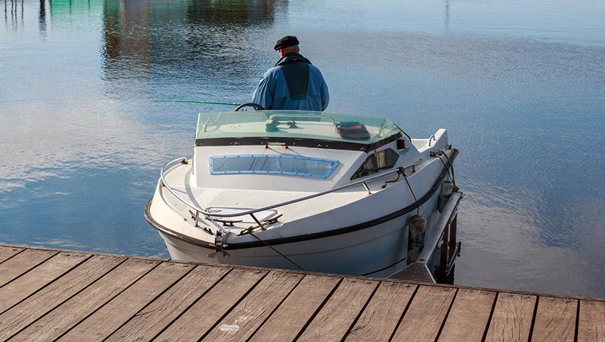 Pecheur en pleine partie de pêche sur le lac d'Hourtin en Gironde