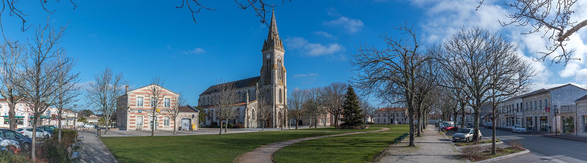 Place centrale de Hourtin Ville : la place de l'église