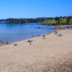 La plage de Piqueyrot en bord de lac à Hourtin