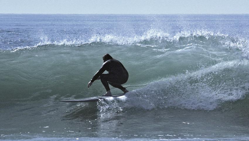 Surfeur à Hourtin sur un spot de surf offrant de belles vagues