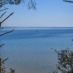 Bateau naviguant sur le lac d'Hourtin non loin de la plage de Piqueyrot