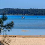 Bateau ancré au large de la plage de la Banane sur le lac d'Hourtin