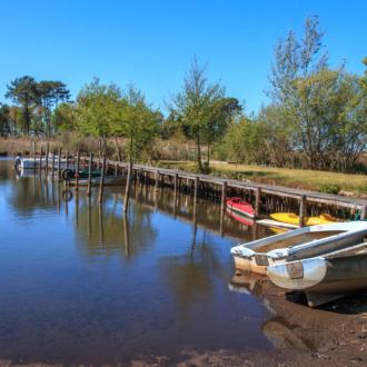 Petit port de pêcheurs à Lachanau sur le lac d'Hourtin