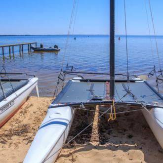 Catamaran au bord du lac à Hourtin