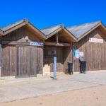 Poste de secours et toilettes publiques plage centrale de Hourtin