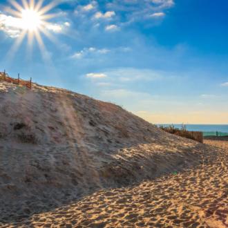 Le soleil descend sur la dune à Hourtin Plage