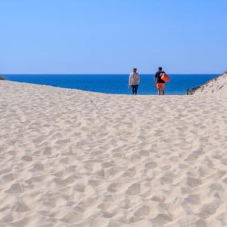 Couple passe la dune vers Hourtin Plage