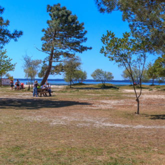 Aire de pique nique face au lac à Hourtin Port dans le Médoc en Gironde