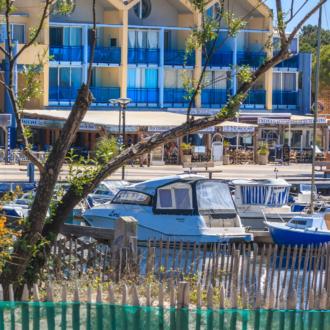 Restaurants, commerces et logement à Hourtin Port