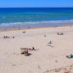 Touristes sur la plage d'Hourtin en Gironde
