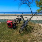 Vélos garés devant la plage du Port à Hourtin