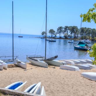 Catamarans au bord du lac à Contaut Piqueyrot